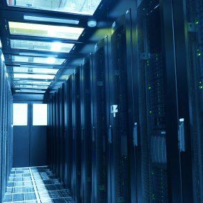 Racks do data center ODATA Por que o Colocation é fundamental para o futuro da nuvem híbrida
