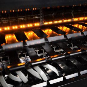 fios conectados a um rack com uma luz laranja