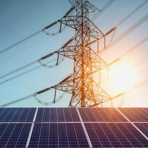placas de geração de energia solar e linha d etransmissão de energia elétrica, mostrando tipos de energia limpa