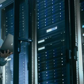 2colaboradores analisando o data center