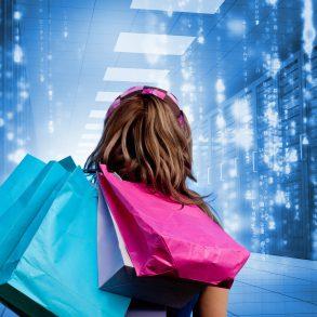 Racks de data center ao fundo mulher de costas com sacolas de compras.